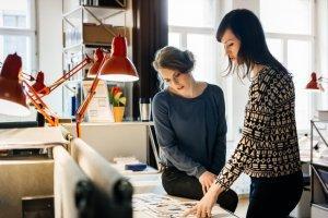Dwie kobiety analizujące projekt