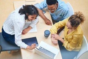 zespół analizujący projekt na komputerze
