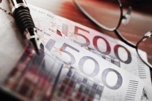 500 euro, długopis i okulary
