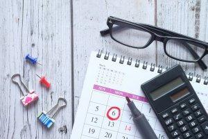 kalendarz, kalkulator okulary i długopis